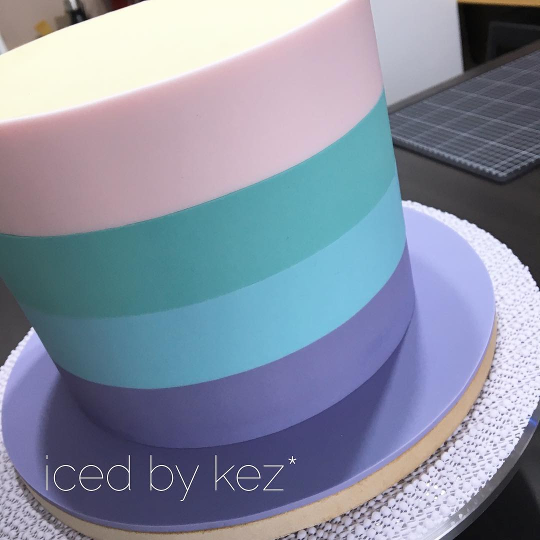 I have made variations of this cake several times.  Here is another version, inverting my favourite colours!