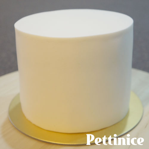 Cover your cake with Pettinice fondant.